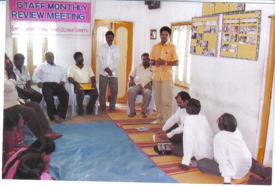 staff-reiew-meetingin